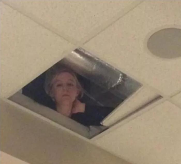Cô giáo lén lên trần nhà để theo dõi học sinh làm bài.
