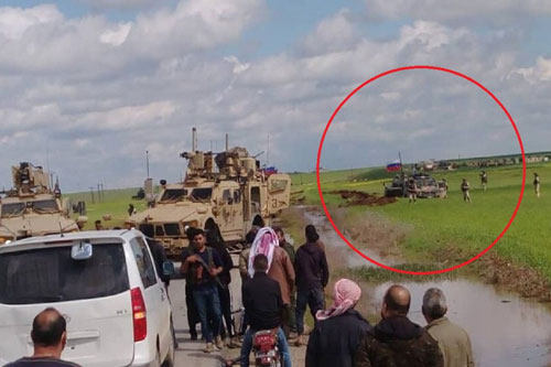 Quân đội Mỹ chặn đường, buộc đoàn xe bọc thép của Nga phải quay đầu lao xuống ruộng ở Đông Bắc Syria