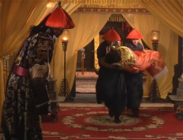 Bi hài chuyện giường chiếu của hoàng đế Trung Hoa: Muốn chọn ai phải được hoàng hậu đồng ý, lúc hành sự có thái giám đứng gần theo dõi - Ảnh 2.