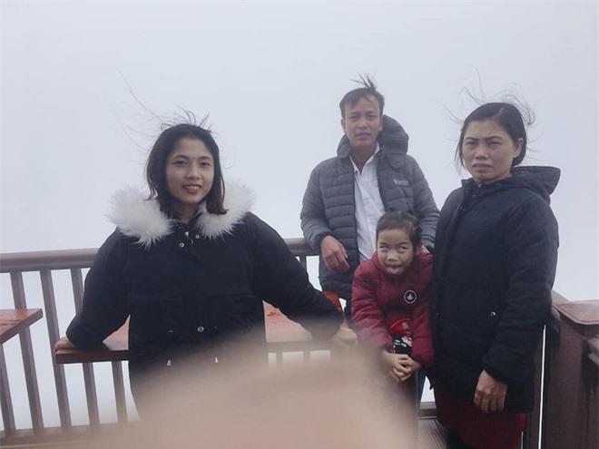 Cô bé có biểu cảm hài hước khi chụp ảnh cùng gia đình.