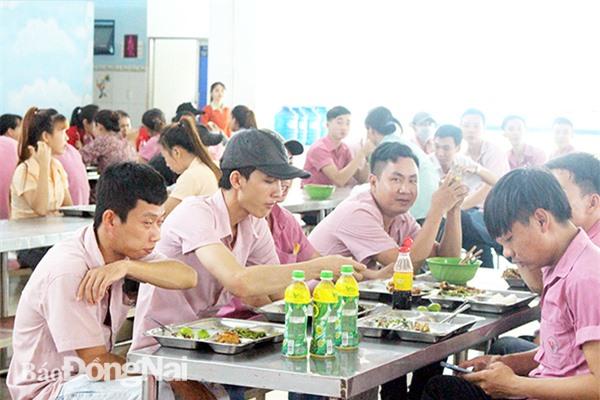 Bữa ăn giữa ca tại Công ty TNHH Dona Pacific (H.Trảng Bom). Ảnh: Lan Mai