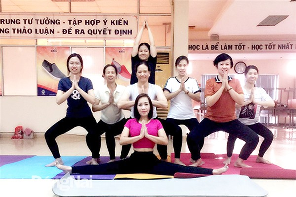 Người lao động Công ty TNHH Bình Tiên Đồng Nai (P.Tam Hiệp, TP.Biên Hòa) luyện tập yoga sau giờ làm việc. Ảnh: T.Lâm