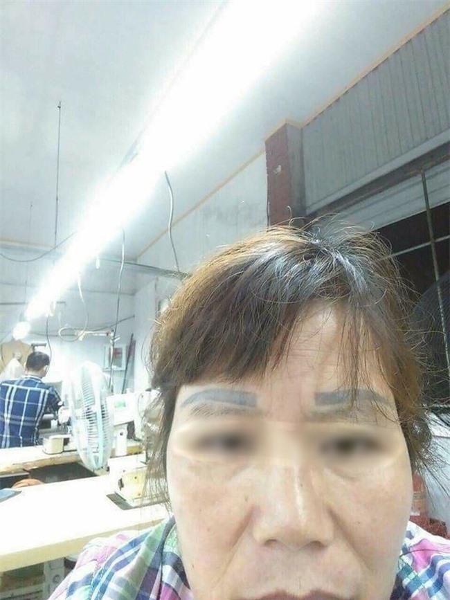 Hai bộ lông mày trên cùng một gương mặt, có lẽ người phụ nữ này không bao giờ dám xăm lông mày lần nào nữa đâu.