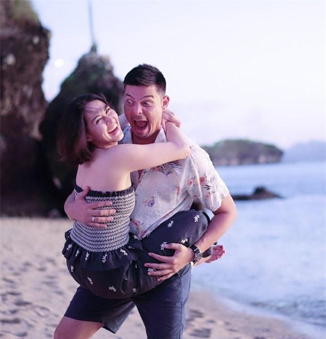 Bức ảnh hậu trường của những khoảnh khắc lãng mạn cũng được đôi vợ chồng hé lộ.