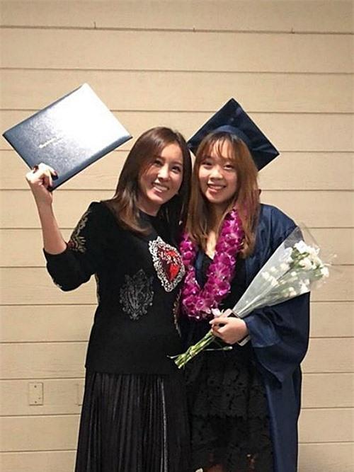 Hsiu Huai Chen, 20 tuổi, là con gái của Hoa hậu Thu Hoài. Côsinh sống và học tập tại California, Mỹ. Trước đây, 10X từng gây chú ý với hành trình lột xáctừ thân hình mũm mĩm thành vóc dáng thon gọn giống mẹ. Người đẹp Thu Hoài hiếm khoe ảnh con gái trước truyền thông. Hsiu Huai Chen cũng khá kín tiếng khi không chia sẻ nhiều về cuộc sống cá nhân trên mạng xã hội. Cô từng được mẹ tặng chiếc BMW tiền tỷ khi tốt nghiệp trung học.