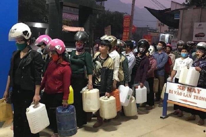 Covid-19: Người dân Tây Nguyên xếp hàng mua xăng dầu tích trữ, do tin đồn nhảm cửa hàng xăng dầu đóng cửa