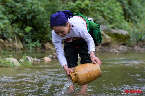 Nước suối, một trong những thứ không thể thiếu được khi thưởng thức rượu cần. Người ta chọn những nơi có mạch nước suối trong mát để đem về đổ vào men tạo nên rượu cần.