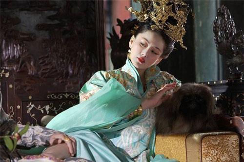 """Hoàng hậu """"phóng túng"""", công khai quyến rũ bạn chồng"""