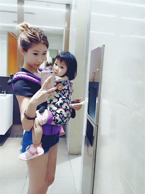 4 bà mẹ đẹp như hotgirl nổi tiếng cộng đồng mạng Singapore - 14