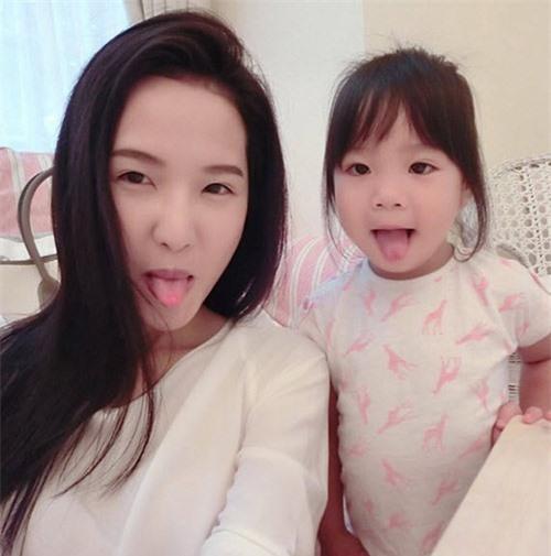 4 bà mẹ đẹp như hotgirl nổi tiếng cộng đồng mạng Singapore - 6