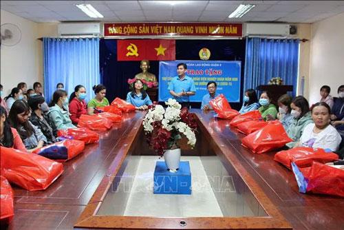 Lãnh đạo Liên đoàn Lao động Quận 8 trao tặng quà hỗ trợ cho đoàn viên nghiệp đoàn giáo viên mầm non tư thục và đoàn viên công đoàn trong và ngoài nhà nước bị ảnh hưởng dịch bệnh. (Ảnh: TTXVN)