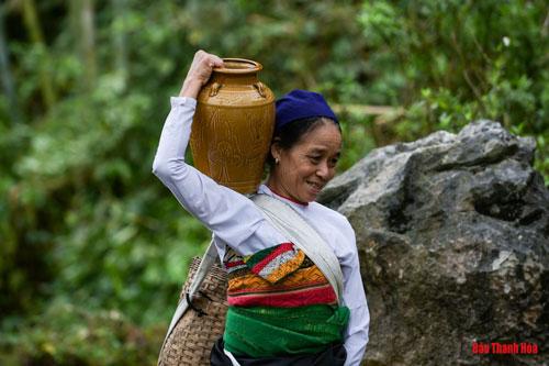 Đồng bào người dân tộc Thái ở huyện Bá Thước trước đây có một thứ men say nức tiếng, đó chính là rượu cần. Ngày lễ, Tết, họ thường quây quần bên nhau bên ché rượu cần rồi thưởng thức những điệu xòe, điệu múa. Nét văn hóa ẩm thực đặc sắc ấy vẫn được gìn giữ mãi đến tận bây giờ.