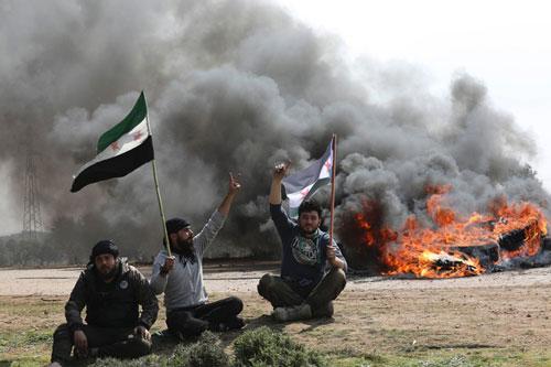 Người dân Syria chặn cao tốc để phản đối thỏa thuận về các cuộc tuần tra chung của Thổ Nhĩ Kỳ và Nga ở Tây Bắc Syria. Ảnh: AP.