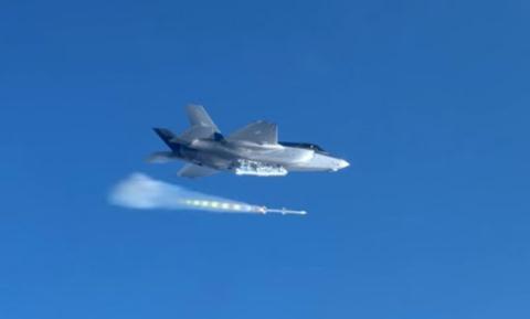Tên lửa kích hoạt sau khi được thả khỏi khoang chứa.