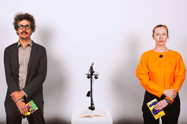 Cỗ máy đọc sách sử dụng AI, của Tiến sĩ Andy Simionato (trái) và Tiến sĩ Karen ann Donnachie (phải), biến tiểu thuyết thành thơ Haiku.