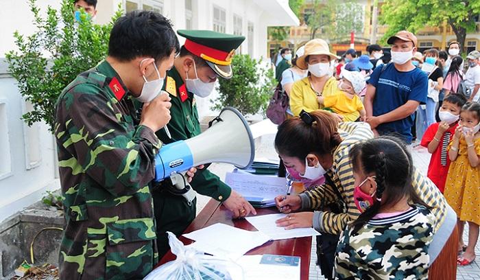 Người dân làm thủ tục, nhận giấy tờ tùy thân cá nhân