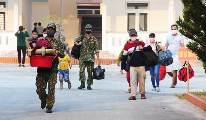 Lực lượng vũ trang tỉnh hỗ trợ người dân vận chuyển hành lý khi ra về
