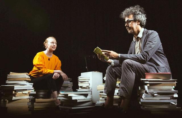Tiến sĩ Donnachie (trái) và Tiến sĩ Simionato (phải) rất quan tâm đến tương lai của sách sau những đổi thay dữ dội trong cách sáng tạo và tiêu thụ nội dung hiện nay.