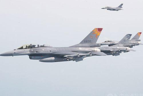"""Trung Quốc """"nóng mặt"""" khi phi đội """"chim cắt"""" F-16 Đài Loan bất ngờ tập trận"""