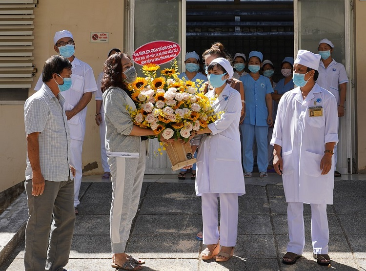 Đại diện các bệnh nhân nhiễm Covid-19 được chữa khỏi tặng hoa và cảm ơn các y, bác sĩ