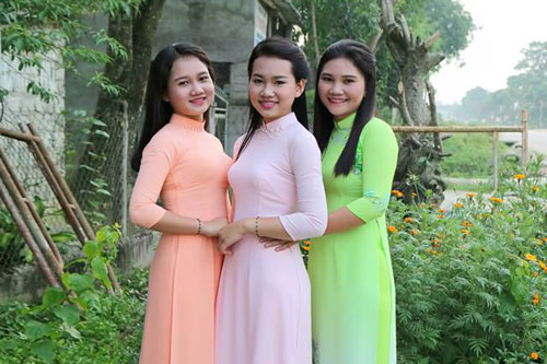 """Bức ảnh 3 người phụ nữ mặc áo dài khiến cộng đồng mạng tranh cãi: """"Ai là mẹ, ai là con?"""""""