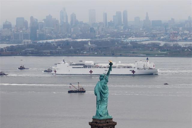 Tàu bệnh viện Mỹ gây tranh cãi khi mới tiếp nhận 20 bệnh nhân ở New York - 1