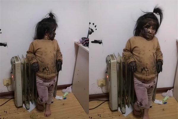 Dù bị mẹ mắng nhưng cô bé vẫn không mảy may lo sợ.