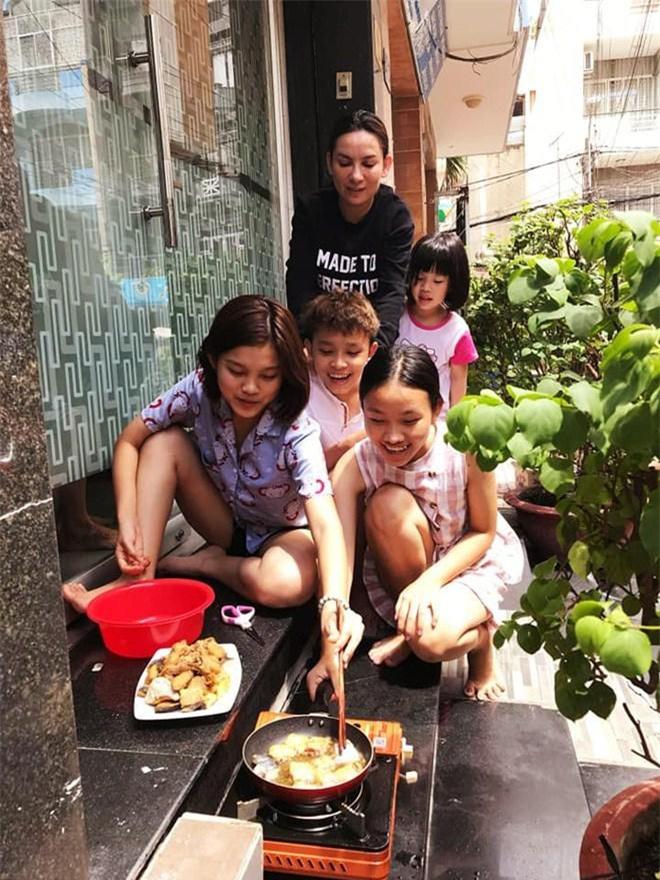 Con gái nuôi lần đầu nấu cơm cho Phi Nhung ăn nhưng tiếng la hét làm cô hết hồn - 3