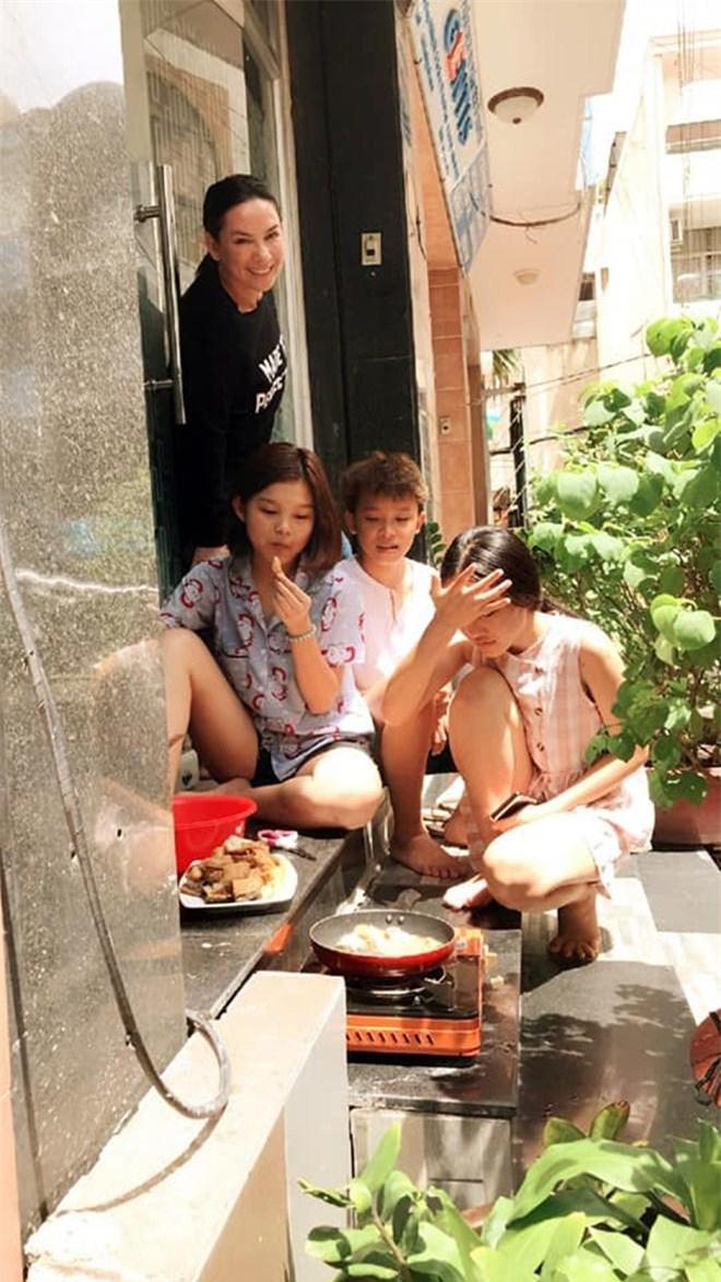 Con gái nuôi lần đầu nấu cơm cho Phi Nhung ăn nhưng tiếng la hét làm cô hết hồn - 4