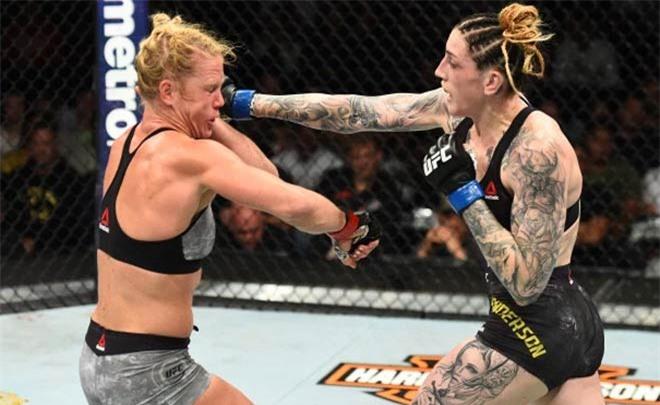 """Hết hồn kiều nữ """"xăm trổ hổ báo"""" nhất UFC mặc đồ """"lộ liễu thấy hết"""" - 6"""