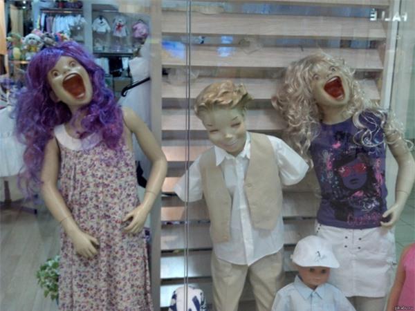 Phải chăng chủ shop muốn miêu tả sự ngạc nhiên chân thực của các bé nếu được bố mẹ mua cho đồ mới.