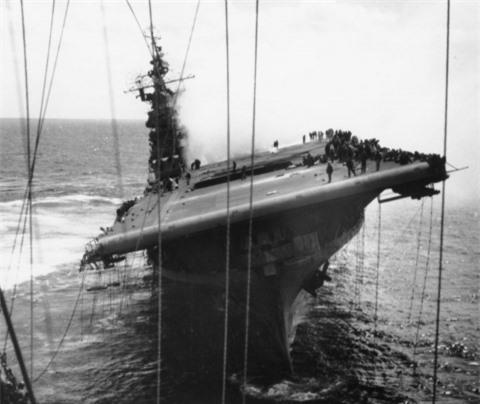Số phận mẫu hạm bị thiệt hại nhất sống sót qua Thế chiến 2
