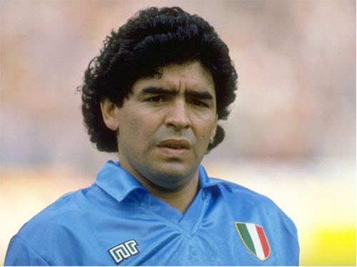 2. Áo đấu Napoli ở mùa giải 1990/91 được bán với giá 570 euro: Ở mùa giải này, Napoli sở hữu trong tay những cầu thủ chất lượng như Ciro Ferrara, Gianfranco Zola và đặc biệt là Diego Maradona. Tuy nhiên, họ lại chỉ đứng thứ 9 ở Serie A, lọt vào bán kết Coppa Italia, có mặt ở vòng 1/8 UEFA Cup nhưng vô địch Siêu cúp Italia