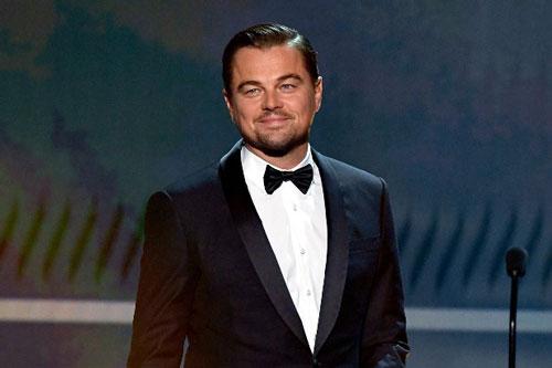Leonardo DiCaprio bắt tay với Tim Cook