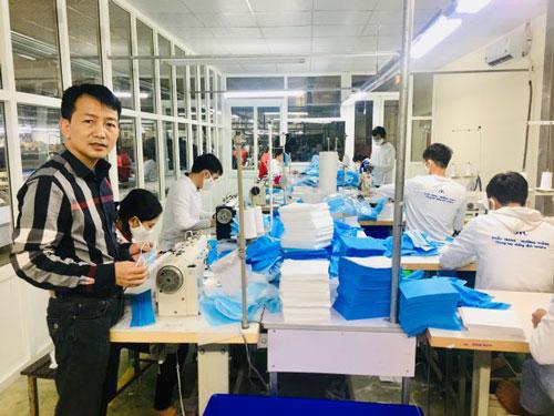 Ông Vũ Công Thắng, Chủ tịch HĐQT, Tổng giám đốc Công ty CPMXK Trường Thắng giới thiệu về mặt hàng khẩu trang kháng khuẩn.