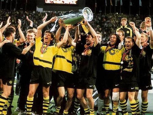 9. Áo đấu Dortmund ở mùa giải 1996/97 được bán với giá 340 euro: Đây là mùa giải không thành công của Dortmund ở giải quốc nội khi chỉ xếp thứ 3 tại Bundesliga, á quân cúp quốc gia Đức, vô địch Siêu cúp Đức và giành Champions League