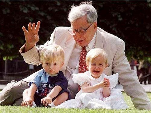 Edwards và những đứa trẻ được sinh ra từ ống nghiệm. Ảnh: Telegraph.