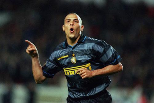 6. Áo đấu Inter Milan ở mùa giải 1997/98 được bán với giá 425 euro: Nhiều CĐV Inter và trên khắp thế giới vẫn thích kiểu áo này của Inter. Đó là mùa giải mà Inter sở hữu trong đội hình