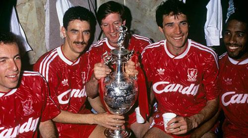 8. Áo đấu Liverpool ở giai đoạn 1989/91 được bán với giá 400 euro: Ở giai đoạn này, Liverpool chỉ 1 lần đăng quang tại giải VĐQG Anh (còn gọi là First Division chứ chưa đổi thành Premier League) và 1 Siêu cúp Anh