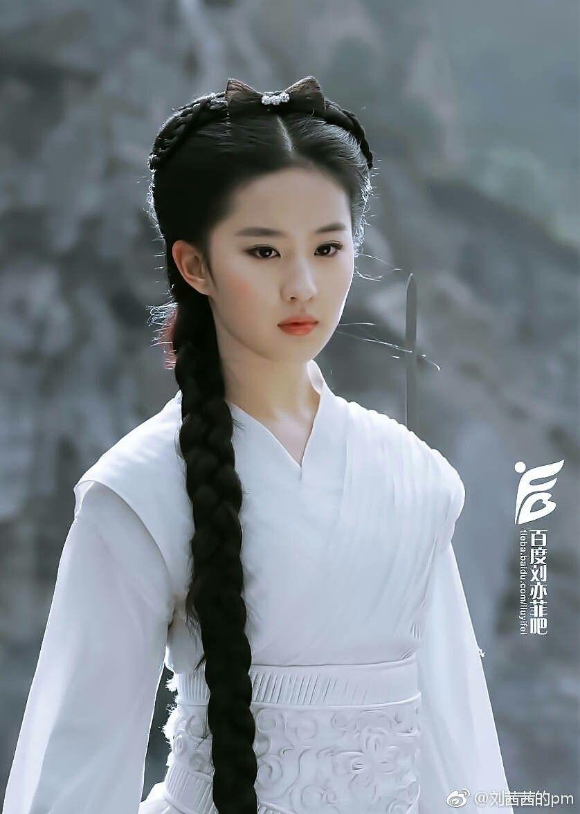 Tuy ở thời điểm đó diễn xuất của Lưu Diệc Phi còn khá non kém, tuy nhiên dung mạo xinh đẹp của cô lại giống hệt như Kim Dung - Ảnh: Sina