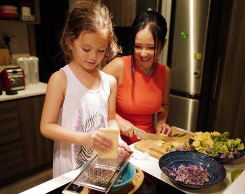 Hồng Nhung làm phụ bếp còn con gái mới là người nấu chính.