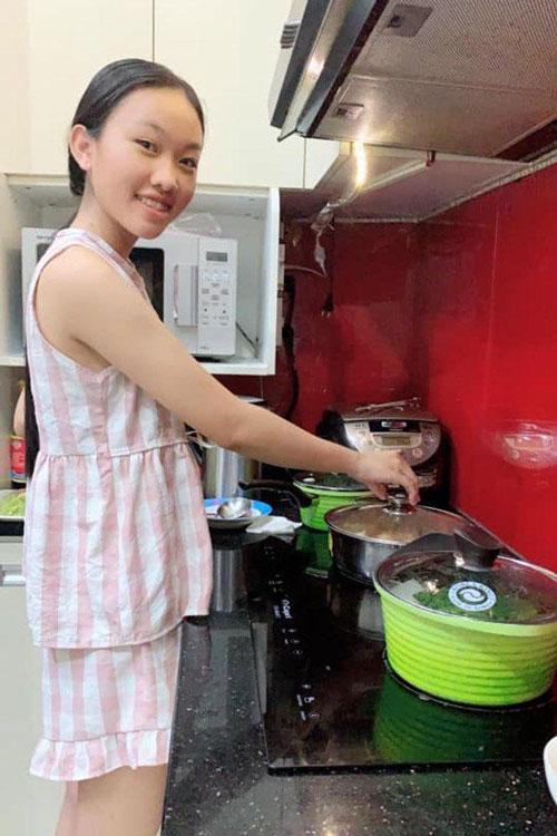Con gái nuôi Thiêng Ngân lần đầu vào bếp nấu ăn cho Phi Nhung.