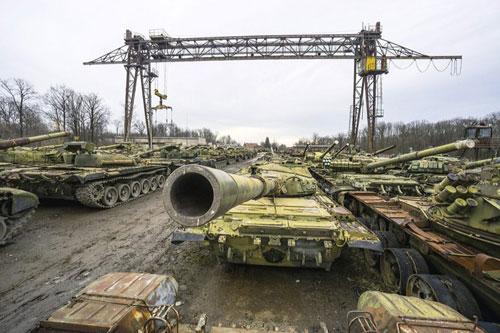 Sau khi Liên Xô tan rã, ước tính quân đội Ukraine được thừa hưởng tới hơn 20.000 xe tăng chiến đấu chủ lực cùng hàng chục ngàn xe thiết giáp các loại, khiến cho lục quân nước này được đánh giá rất cao về sức mạnh.
