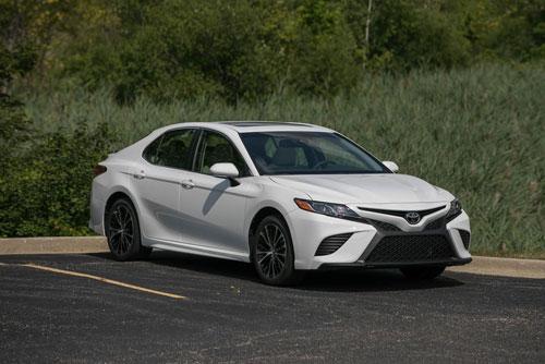5. Toyota Camry (doanh số: 77.188 chiếc). Ảnh: caranddriver.
