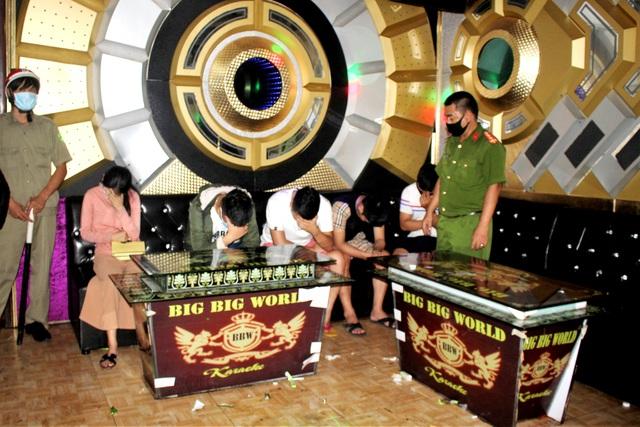 """Quảng Nam: 11 thanh niên nam nữ """"bay lắc"""" trong quán karaoke dù bị cấm"""