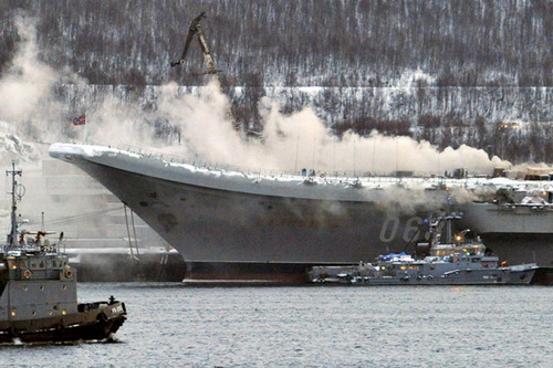 Tàu sân bay Đô đốc Kuznetsov của Hải quân Nga tại thời điểm đám cháy bùng phát. Ảnh: TASS.