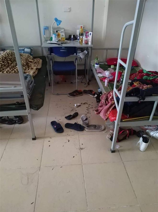 Căn phòng của nữ sinh bừa bộn quá mức.