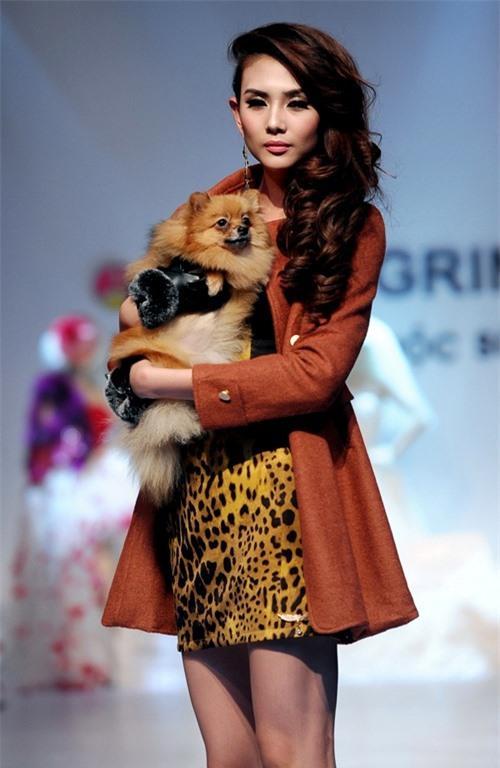 Dễ thương lẫn kinh dị khi sao Việt ôm ấp cún, trăn rắn như phụ kiện - 13