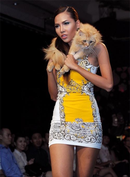 Dễ thương lẫn kinh dị khi sao Việt ôm ấp cún, trăn rắn như phụ kiện - 14