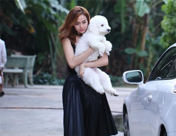 Dễ thương lẫn kinh dị khi sao Việt ôm ấp cún, trăn rắn như phụ kiện - 2